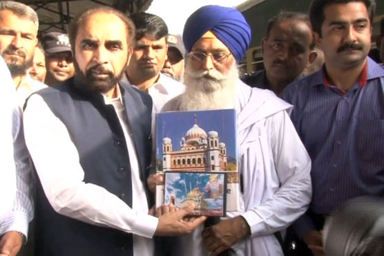 Chairman Evacuee Trust Property Board Siddiq ul Farooq presenting a book The Sikh Heritage of Pakistan to Leader of delegation of Indian Sikh Pilgrims came to attend Jor Mela.